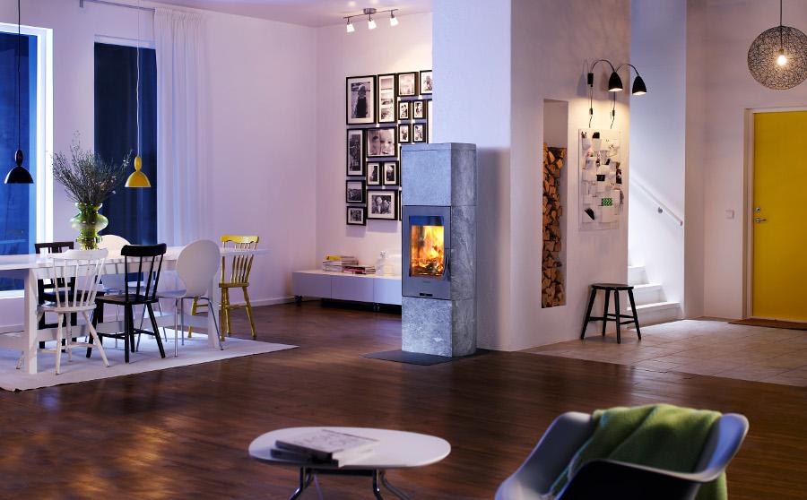 Contura houtkachel in ruime woonkamer met houtopslag