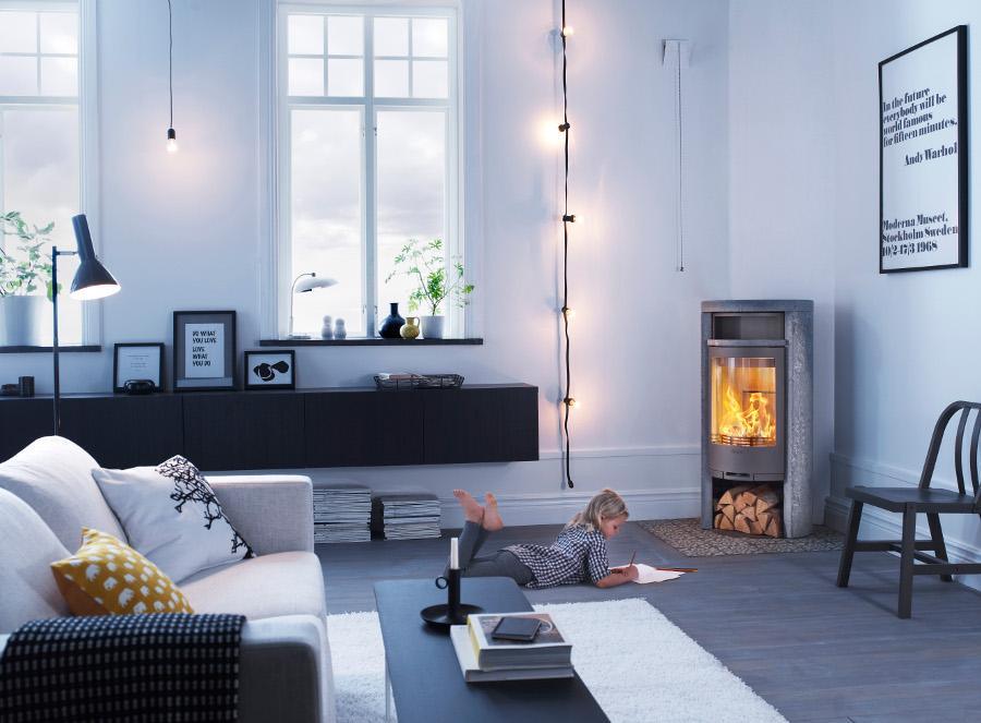 Contura houtkachel in huiselijke woonkamer